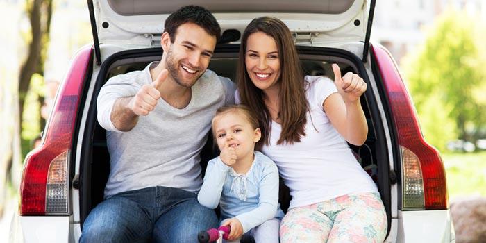 familia-feliz-automovel